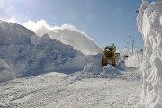 Снегоуборочная техника очищает от снега одну из улиц села Троицкое Анивского района Сахалинской области
