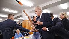 Активистка Femen атаковала президента Чехии Милоша Земана на избирательном участке