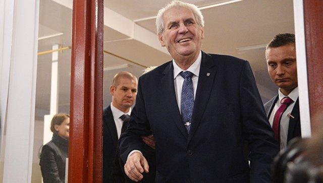 Действующий глава государства, кандидат на выборах президента Милош Земан на избирательном участке в Праге. 12 января 2018