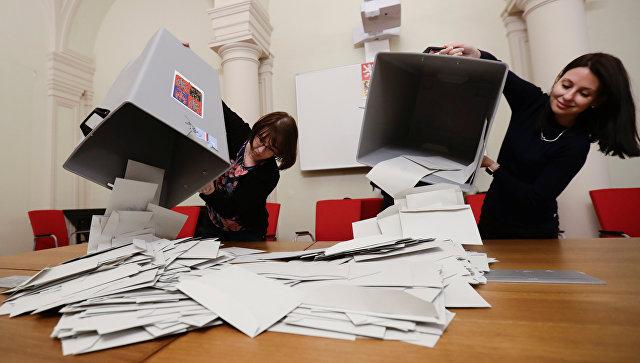 Члены избирательной комиссии перед подсчетом голосов первого тура президентских выборов в Праге, Чехия. 13 января 2018