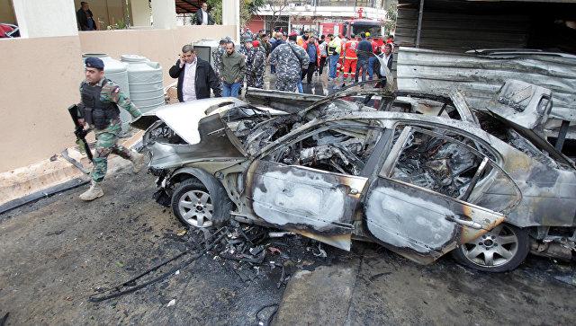 Солдаты ливанской армии рядом с автомобилем поврежденным взрывом в городе Сайда, Ливан. 14 января 2018