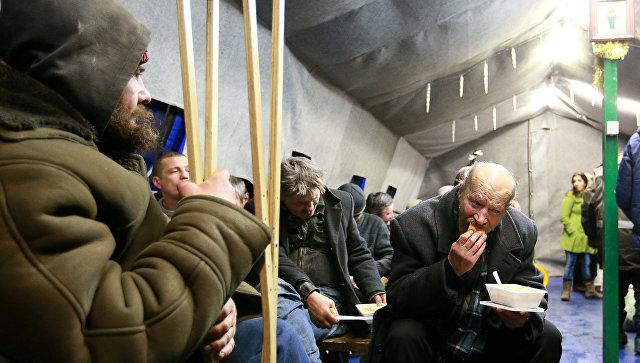 Раздача еды бездомным и людям в трудной жизненной ситуации, организованная православной службой Милосердие