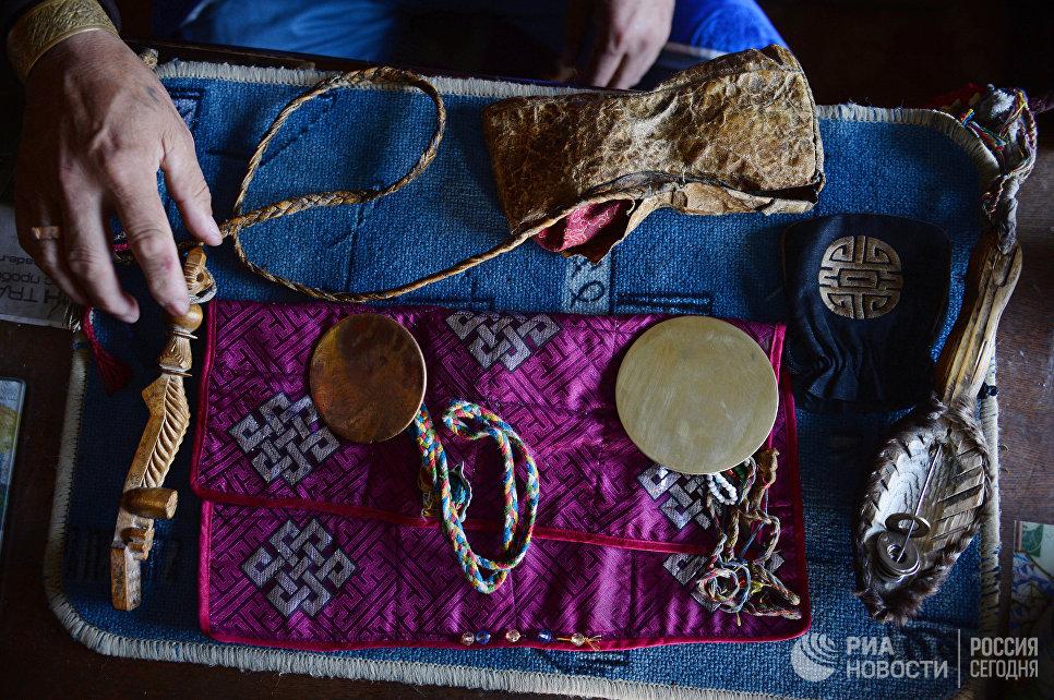 Предметы, которые использует шаман во время проведения обрядов. Шаманы считают, что зеркало-кузунгу – это вместилище духа, их главного помощника. Зеркало является и средством защиты шамана, и средством для предсказания.