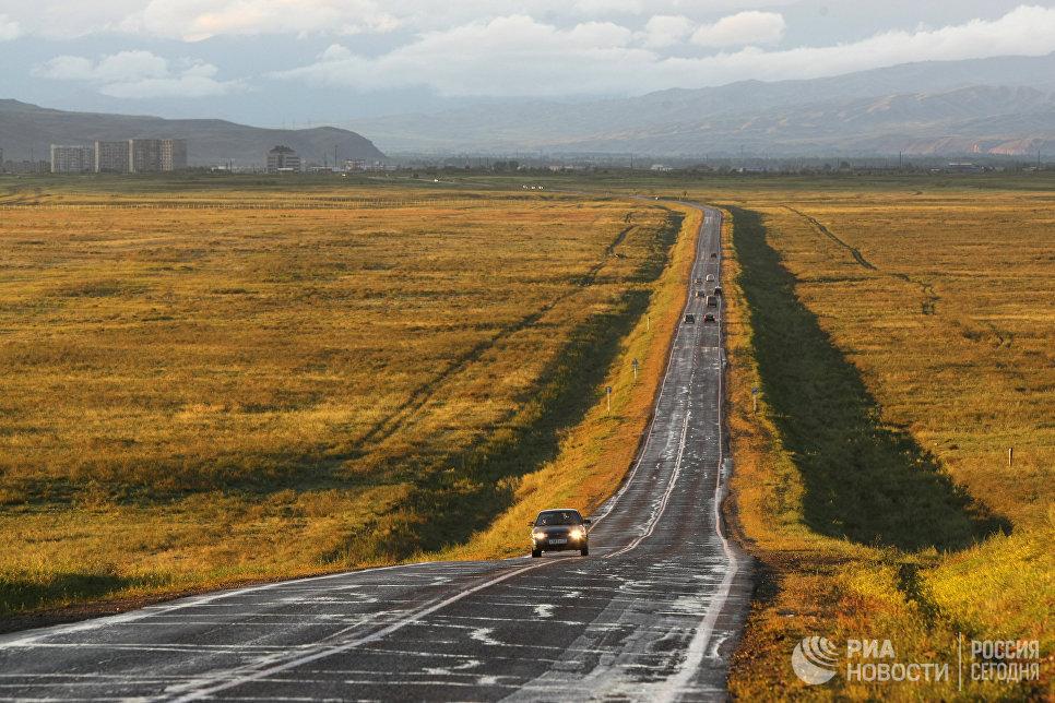Автомобили на федеральной автомобильной дороге М-54 возле города Кызыл.