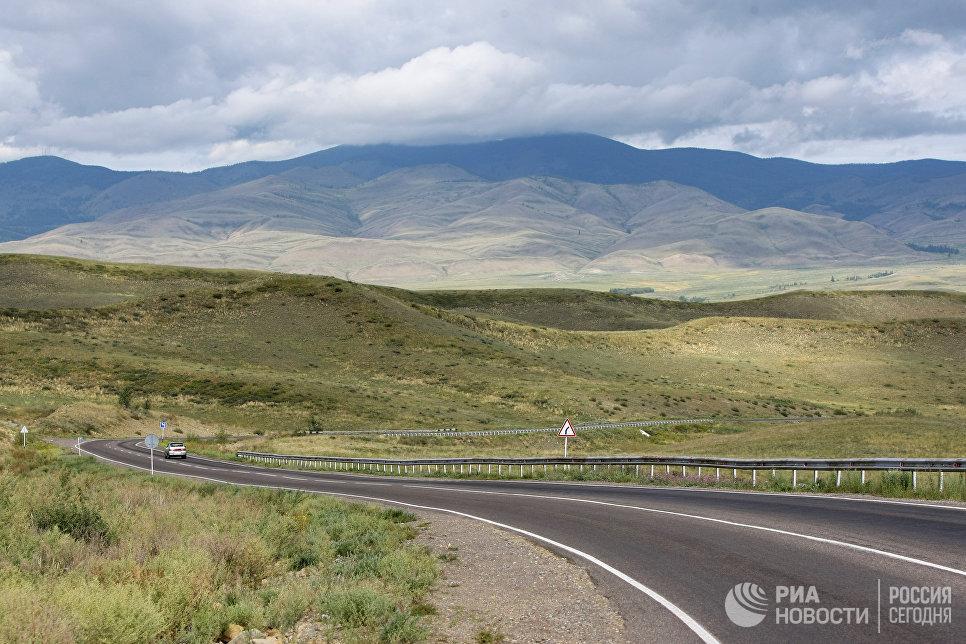 Вид на федеральную автомобильную дорогу М-54 в Пий-Хемского кожууне (районе) республики Тыва.