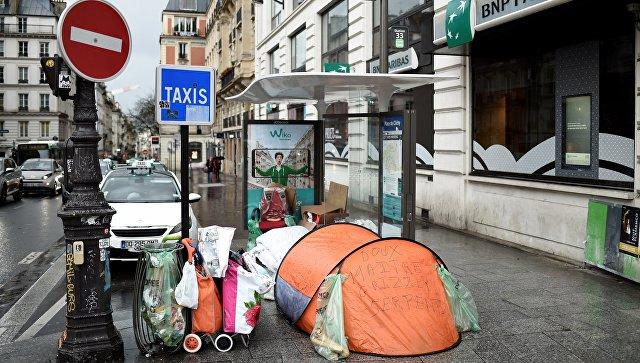 Палатки бездомных на одной из улиц Парижа. Архивное фото