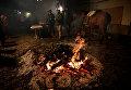 Люди собираются вокруг костра во время ежегодного фестиваля Las Luminarias в Испании