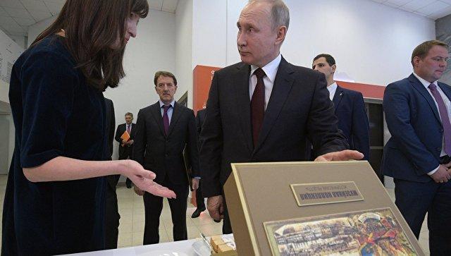 Владимир Путин во время осмотра в рамках форума малых городов и исторических поселений выставки проектов создания комфортной городской среды в конькобежном центре Коломна. 18 января 2018