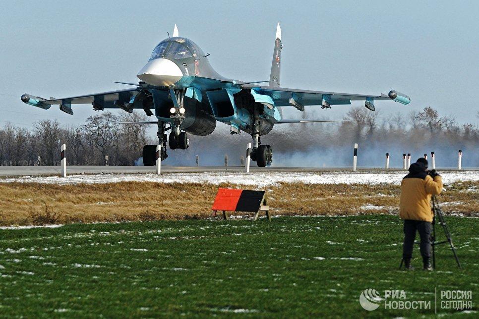 Истребитель-бомбардировщик Су-34 во время посадки на автотрассу в Ростовской области в ходе летно-тактических учений 4-й армии ВВС и ПВО Южного военного округа