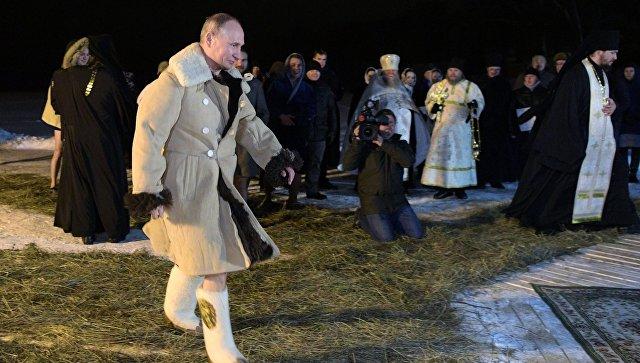Президент РФ Владимир Путин перед праздничным купанием в православный праздник Крещения Господня в мужском монастыре Нило-Столобенской пустыни на озере Селигер