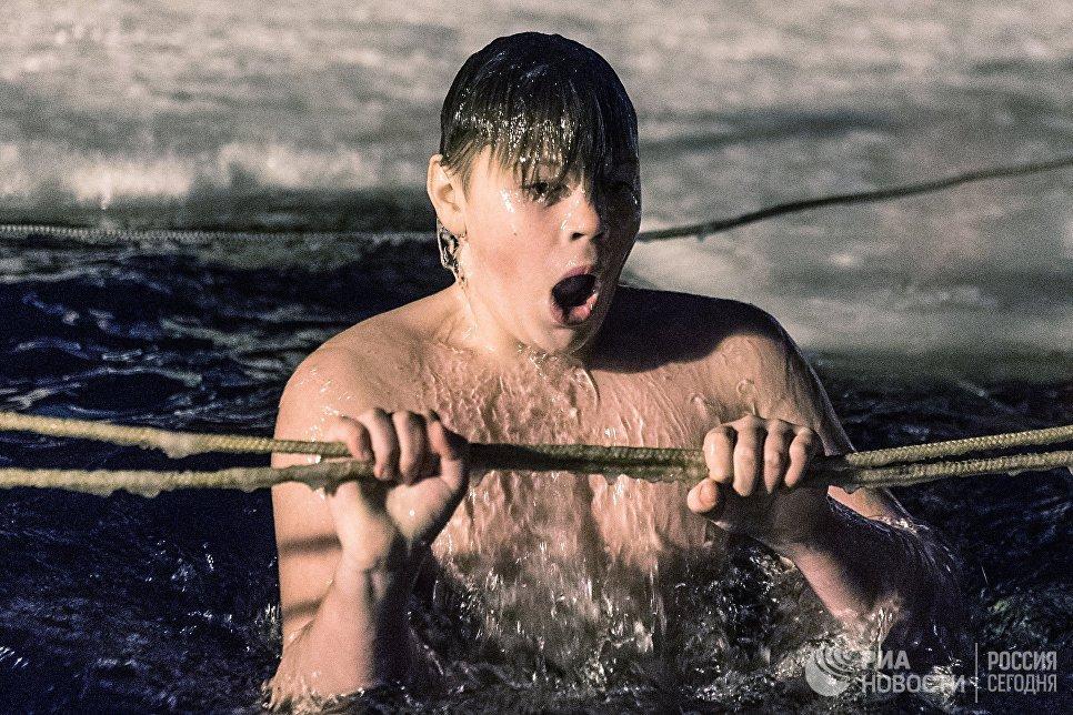 Верующий во время традиционного праздничного купания в Крещенский сочельник на территории Валдайского Иверского Святоозерского Богородицкого мужского монастыря в Новгородской области