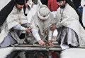 Священнослужители освящают купель в Крещение на территории Валдайского Иверского Святоозерского Богородицкого мужского монастыря в Новгородской области