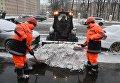 Снегоуборочная техника коммунальных служб Москвы ликвидирует последствия сильного снегопада на Большой Пироговской улице