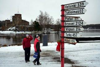 Туристы неподалеку от шведского замка Олавенлинна в городе Савонлинна