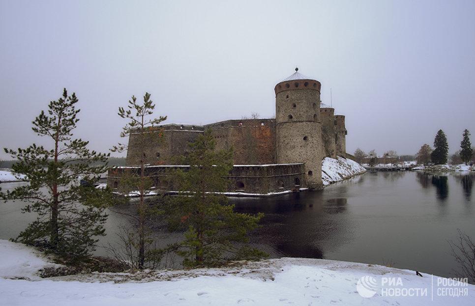 Вид на старинный шведский замок Олавенлинна в городе Савонлинна