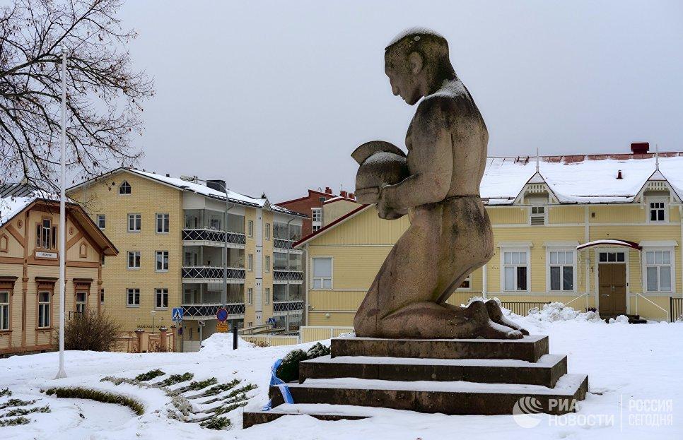 Памятник погибшим в 1918 году на площади перед Кафедральным собором в городе Савонлинна