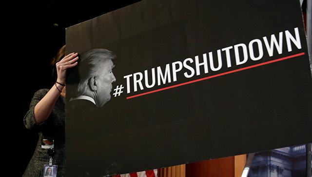 Знак, обвиняющий президента США Дональда Трампа в закрытии федерального правительства, установленный в Сенате