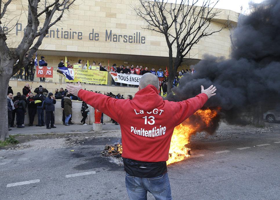 Акция протеста работников возле тюрьмы Баумметс в Марселе, Франции. 22 января 2018 года
