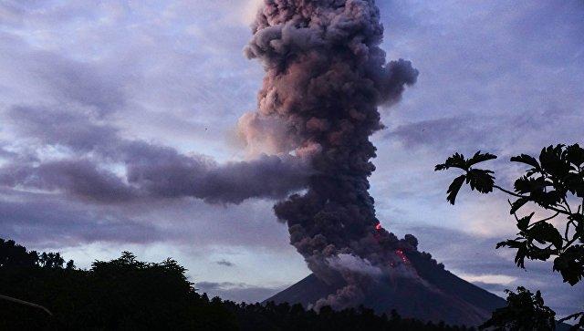 Неменее 80 тыс. филиппинцев эвакуировали из-за угрозы извержения вулкана