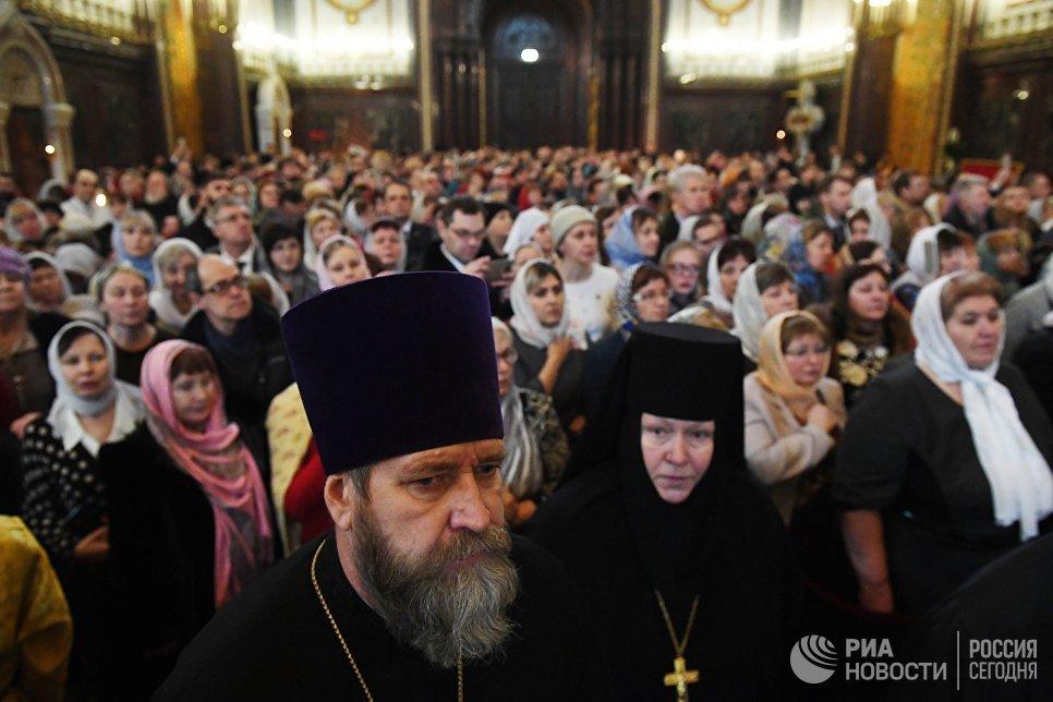 Священнослужители и верующие во время богослужения в день открытия XXVI Международных Рождественских чтений в кафедральном соборном Храме Христа Спасителя в Москве