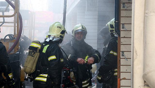 Сотрудники МЧС во время ликвидации последствий пожара на рынке Садовод. 25 января 2018