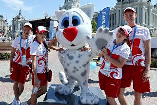 Волонтеры фотографируются с талисманом казанской Универсиады – Юни (Uni), котенком крылатого снежного барса