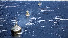 Караван транспортных судов в сопровождении ледоколов проходит по Северному морскому пути. Архивное фото