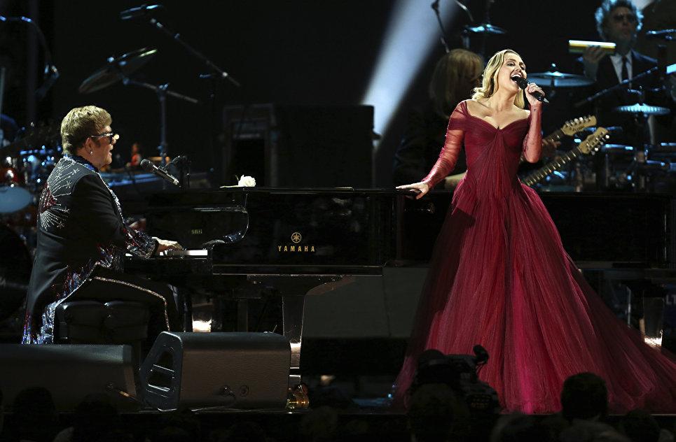 Элтон Джон и Майли Сайрус во время выступления на 60-й церемонии Грэмми. 28 января 2018 года