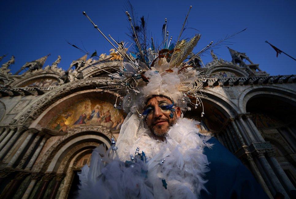 Участник Венецианского карнавала на площади Сан-Марко в Италии. 28 января 2018 года