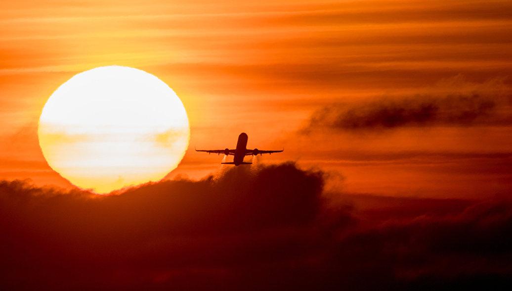 Летящий самолет Airbus A-321. Архивное фото