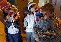 Волонтеры развлекают детей в больничном отделении Российской детской клинической больницы