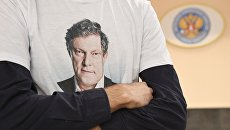 Сторонник кандидата в президенты РФ Г.Явлинского в футболке с его портретом. Архивное фото