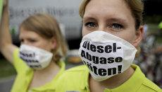 Протестующие в масках с надписью Kill diesel emissions в Берлине. Архивное фото