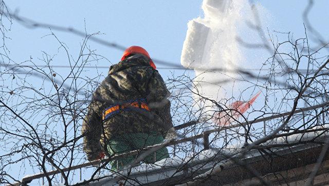 В Петербурге при чистке крыши от снега погиб рабочий