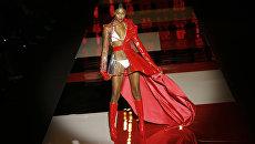 Модель гримируют перед выходом на подиум на Неделе моды в Мадриде