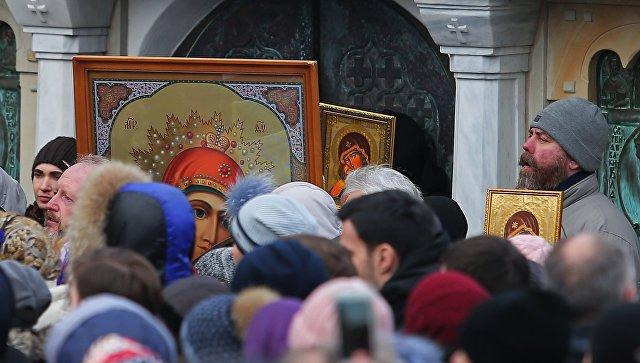 Верующие во время молебна на Украине. Архивное фото