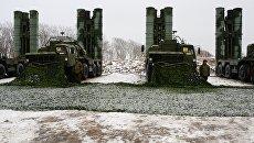 Зенитные ракетные комплексы С-400 Триумф на боевых позициях. Архивное фото