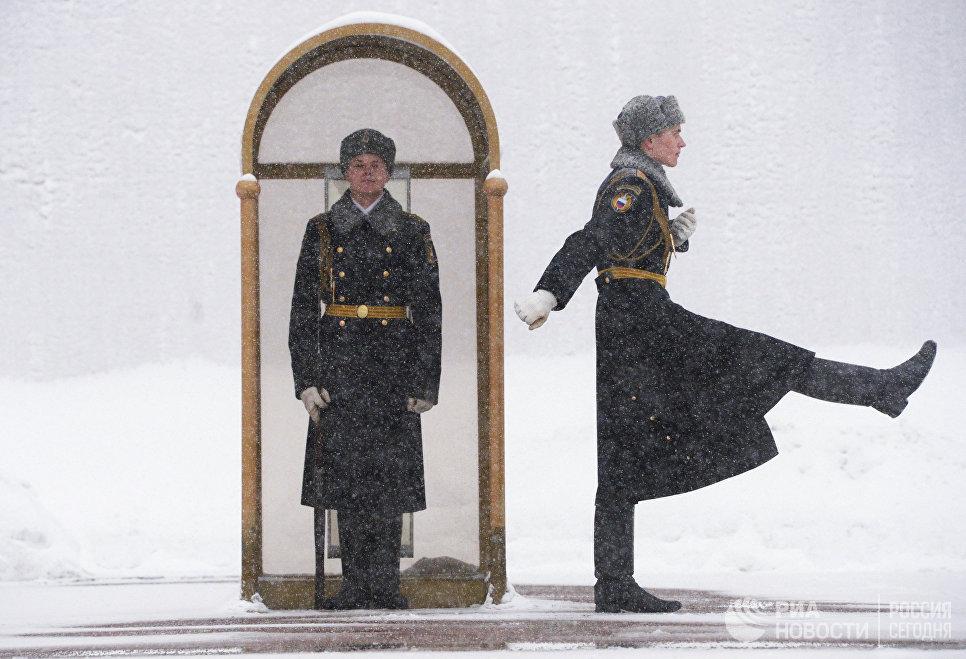 Военнослужащие роты почётного караула Президентского полка РФ у Вечного огня на Могиле Неизвестного Солдата у стен Московского Кремля.