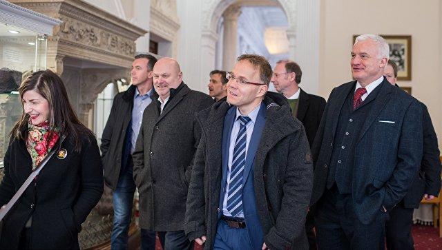 Участники немецкой делегации депутатов от партии Альтернатива для Германии осматривают достопримечательности Ливадийского дворца в рамках своего официального визита в Крым