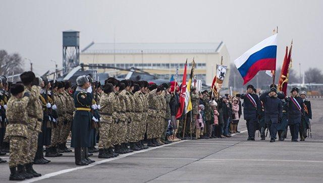 Военнослужащие России и Киргизии на российской военной авиабазе Кант в Киргизии. Архивное фото