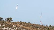Разгонные блоки ракеты Falcon Heavy во время посадки на космодроме на мысе Канаверал во Флориде. 6 февраля 2018