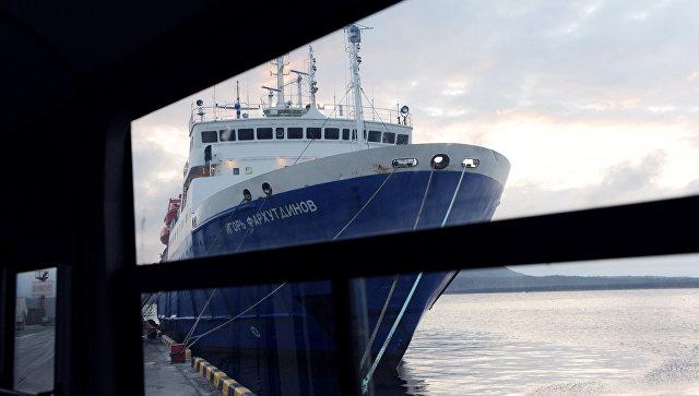 НаСахалине, ледокол освободил изледового плена теплоход спассажирами наборту