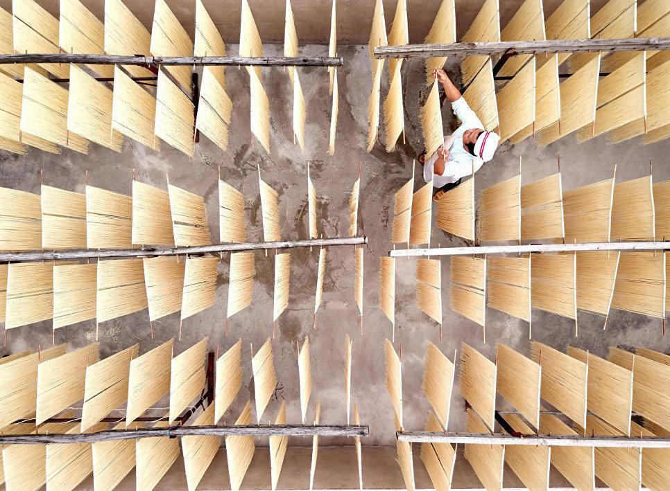 Снимок Сушка лапши на солнце (晒面忙) фотографа 菜鸟视觉, занявший третье место в категории Портрет