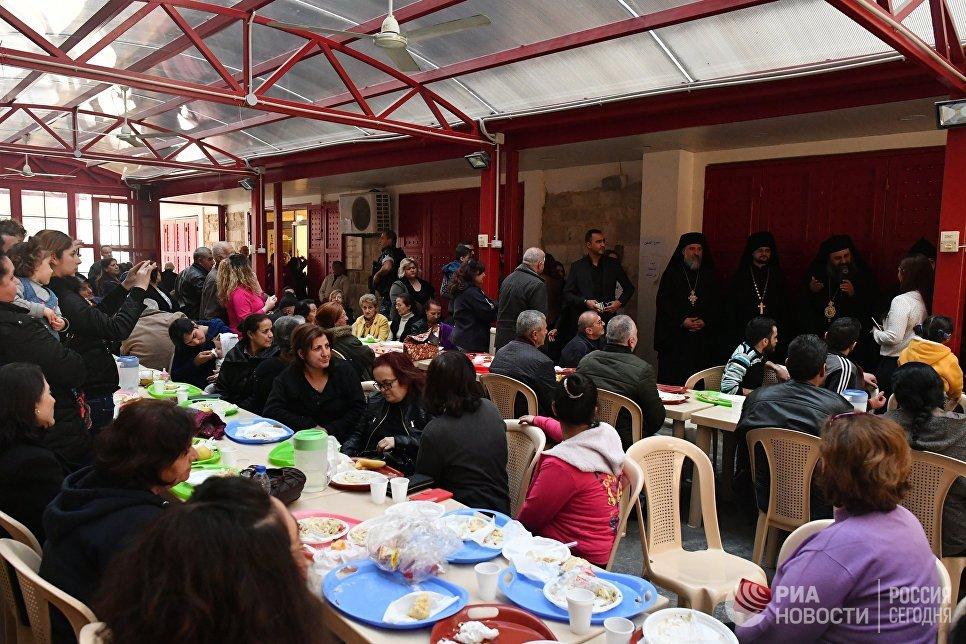 В благотворительной столовой при греко-католической церкви в ливанском городе Захия