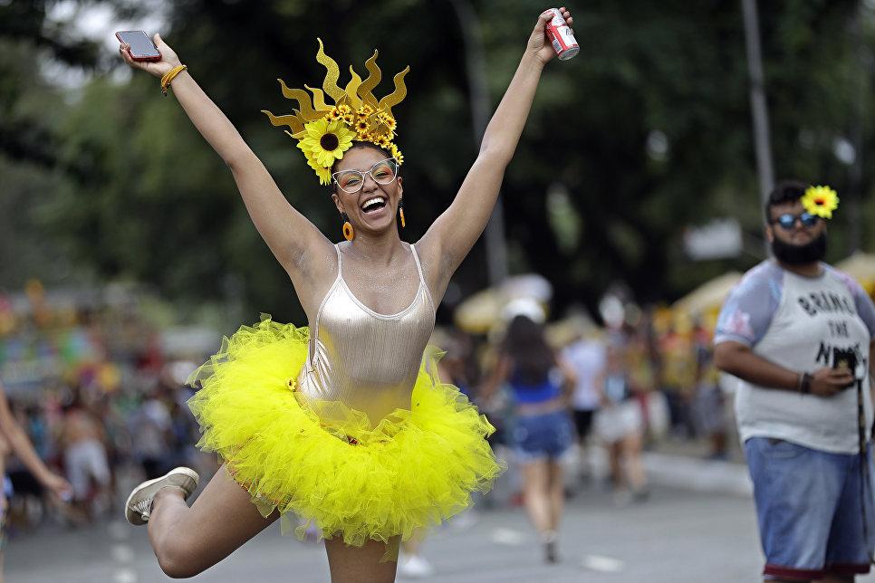 Участница карнавала в Сан-Паулу в Бразилии. 3 февраля 2018 года