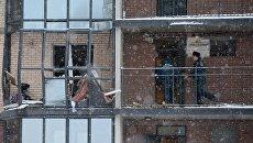 Сотрудники МЧС РФ ликвидируют последствия взрыва газового баллона в жилом многоэтажном доме на улице Репищева, дом 10 в Санкт-Петербурге. 9 февраля 2018