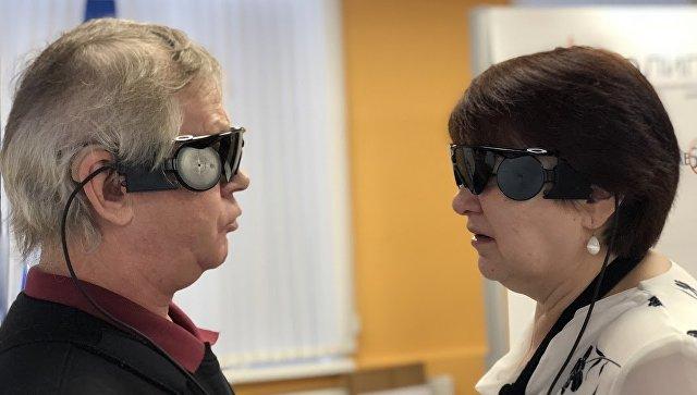 Антонина Захарченко и Григорий Ульянов во время тестирования бионической сетчатки в Научно-клиническом центре оториноларингологии ФМБА России.
