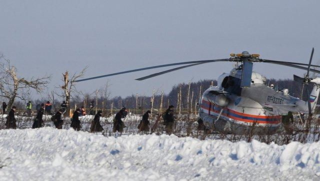 Сотрудники МЧС России и военнослужащие на месте крушения самолета Ан-148 Саратовских авиалиний рейса 703 Москва-Орск. 12 февраля 2018