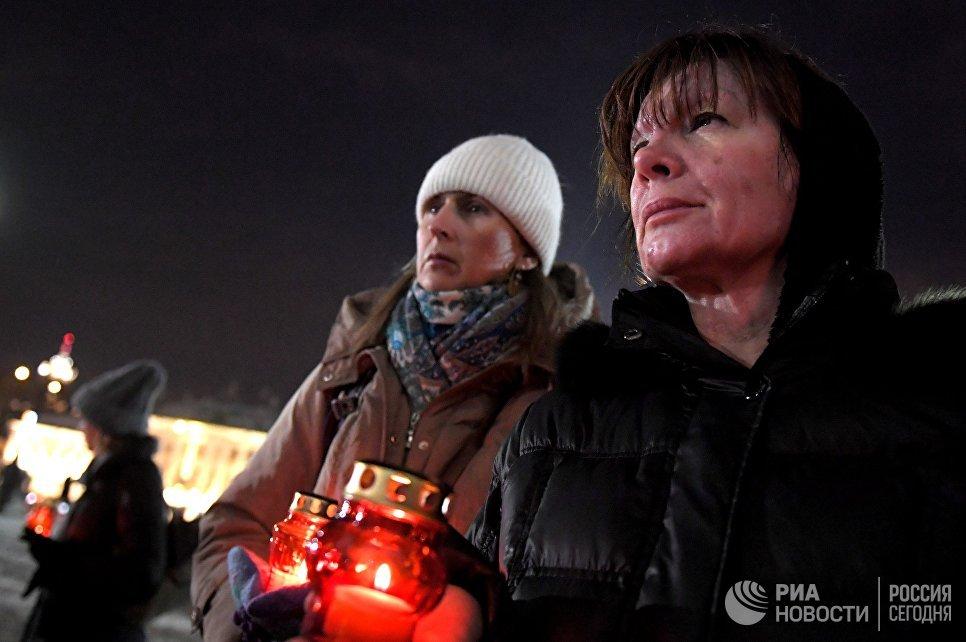 Участники акции памяти о жертвах крушения самолета Ан-148 Саратовских авиалиний в Подмосковье