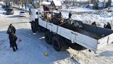 Автомашины МЧС России вывозят фрагменты самолета Ан-148 с места крушения в Раменском районе. Архивное фото